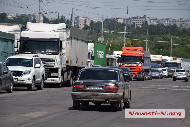 Николаев в пробках: на Ингульском мосту «застыли» 25 грузовиков