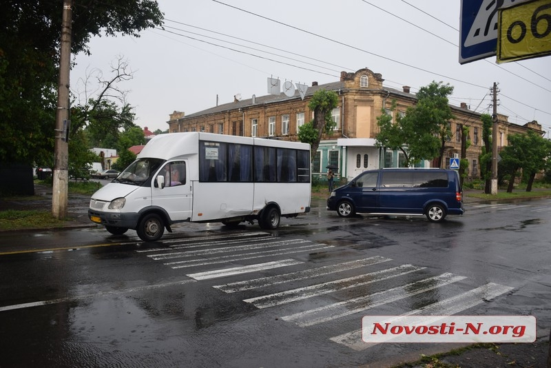 В центре Николаева микроавтобус врезался в маршрутку с пассажирами