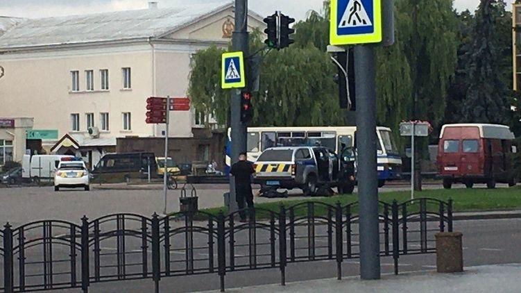 В центре Луцка неизвестный с оружием захватил автобус с заложниками. ОНЛАЙН