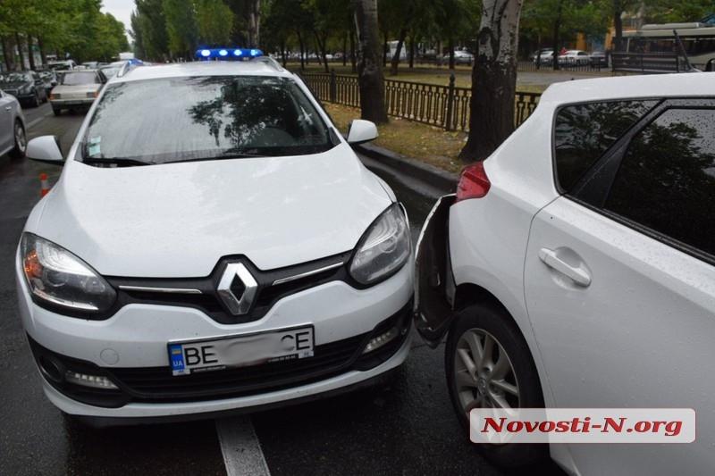 В центре Николаева столкнулись три автомобиля: на проспекте пробка