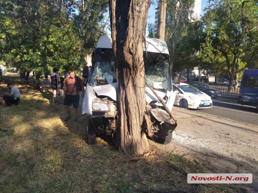 В центре Николаева маршрутка въехала в дерево: девять пострадавших