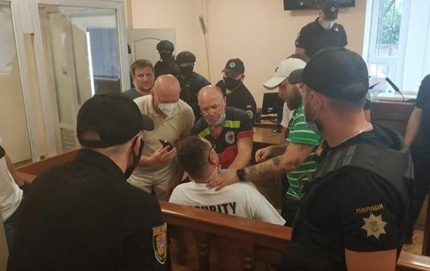 В Одессе блогер порезал себе шею прямо в зале суда