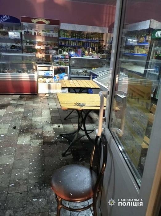 Ночью в магазин неизвестные бросили взрывное устройство — прогремел взрыв