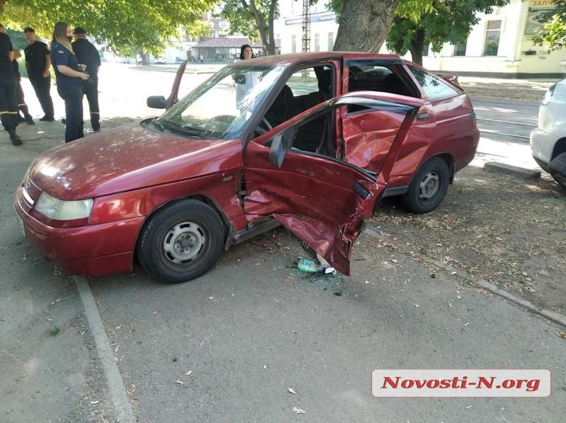 В центре Николаева «Лексус» врезался в «Ладу» - трое пострадавших, в том числе дети