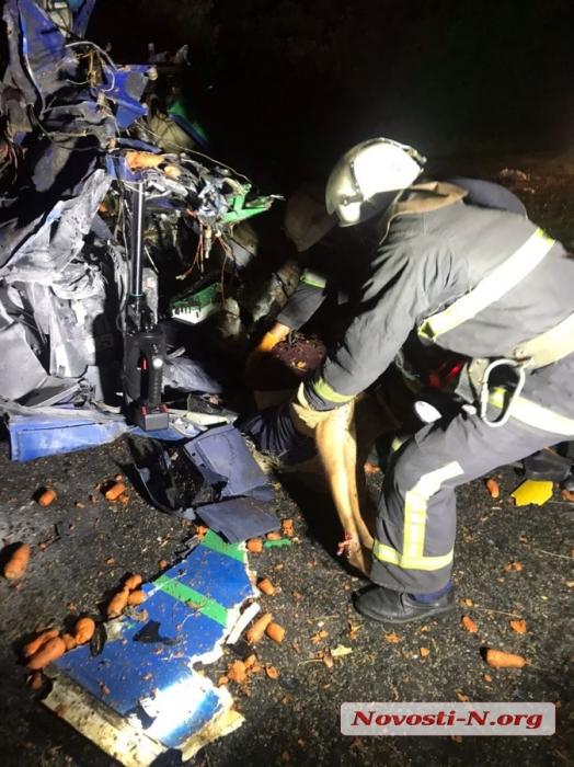 Под Николаевом столкнулись грузовик и фура — погибли оба водителя, одесская трасса полностью заблокирована