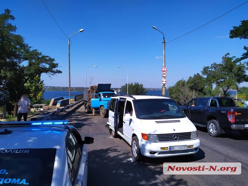 В Николаеве мусоровоз врезался в «Мерседес»: есть пострадавшие, у Варваровского моста огромные заторы