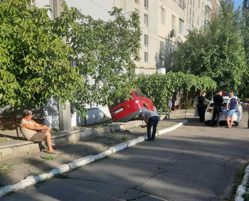 В Николаеве «Фольксваген» с пьяным водителем вылетел с дороги и чуть не врезался в стену многоэтажки