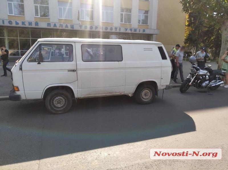 В центре Николаева микроавтобус сбил мотоцикл