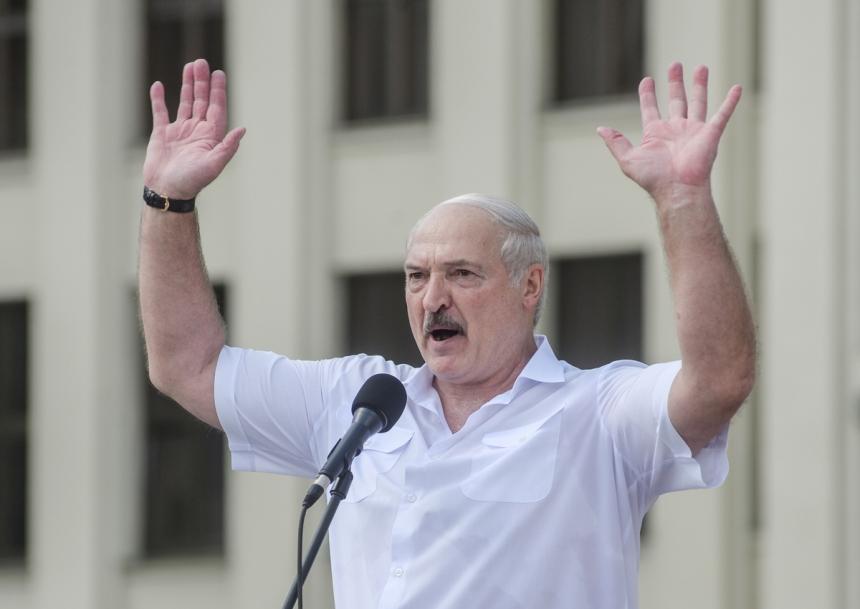 Лукашенко ответил на призыв Макрона покинуть пост президента, напомнив о «желтых жилетах»