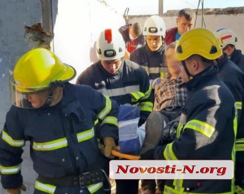 В Николаеве во время демонтажа киоска бетонная плита упала на рабочего