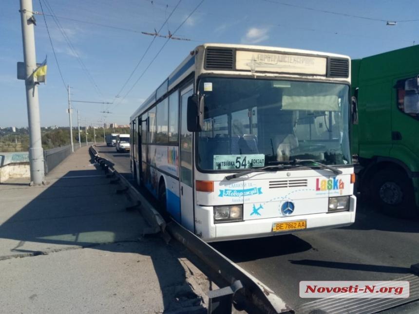 В Николаеве на мосту автобус врезался в отбойник