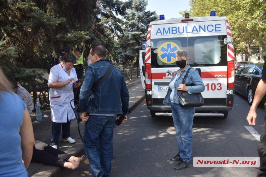 В центре Николаева «Лексус» сбил женщину с ребенком — пострадавших госпитализировали