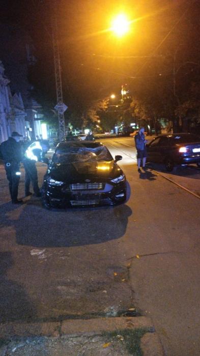 В центре Николаева «Форд» сбил двух парней и скрылся. Обновлено.Видео 18+