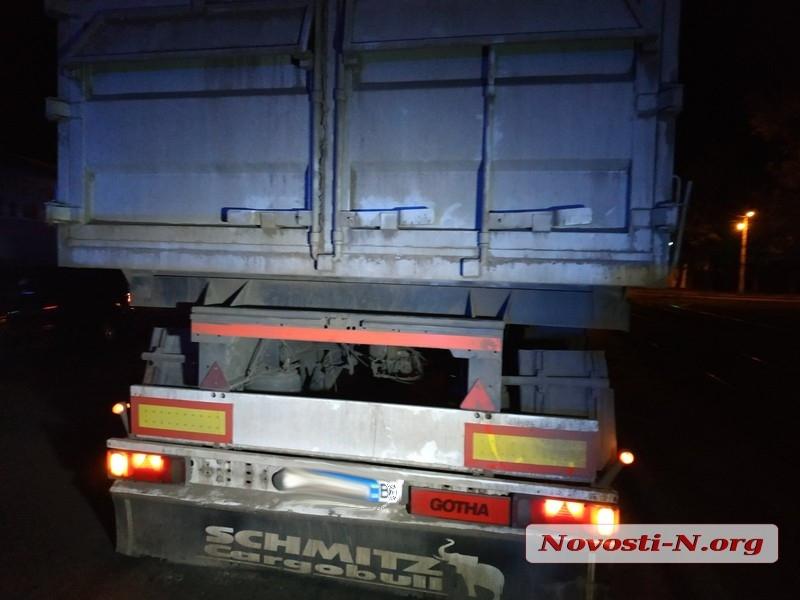 Ночью в Николаеве пьяный водитель на «Ладе» врезался в грузовик. Видео