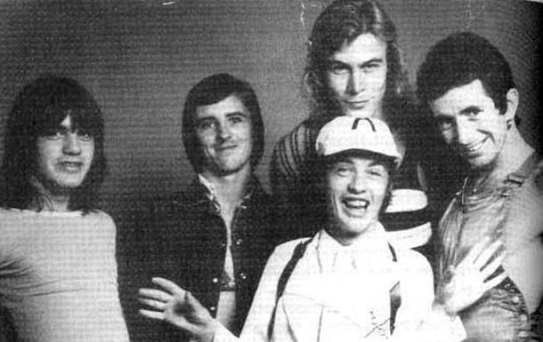 Умер бывший бас-гитарист культовой группы AC/DC