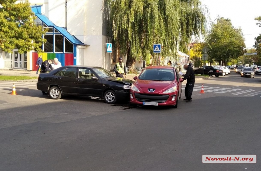 В центре Николаева столкнулись «Пежо» и «Чери»