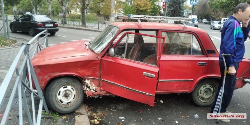 В Николаеве столкнулись ВАЗ и «Деу»: пострадал 79-летний водитель