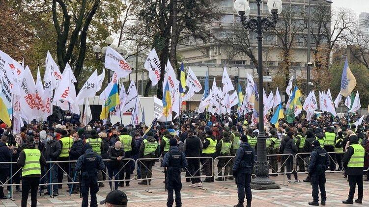 В Киеве под Радой митингуют ФОПы и «евробляхеры»