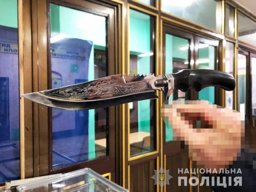 «Меня хотят убить»: на территории школы в Николаеве задержали мужчину с оружием