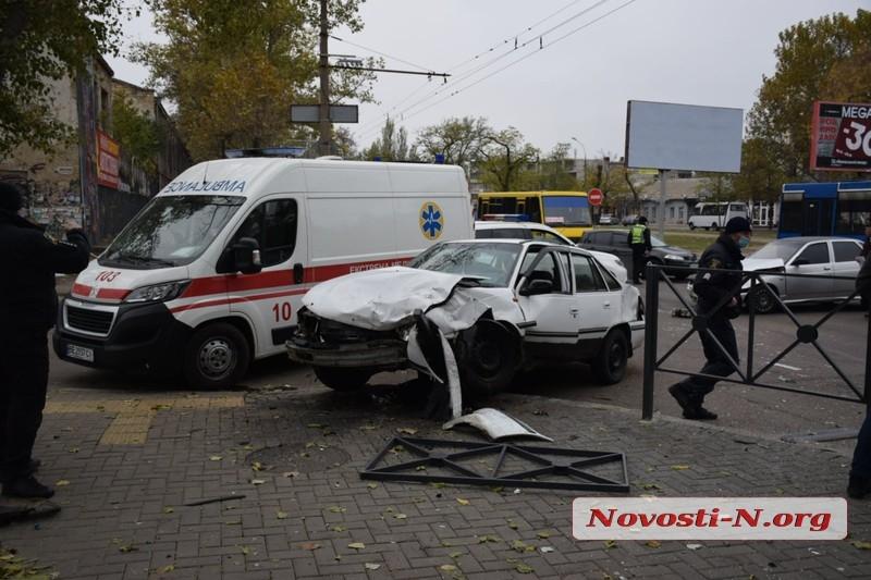В центре Николаева женщина на «Сузуки» устроила ДТП с тремя автомобилями — двое пострадавших