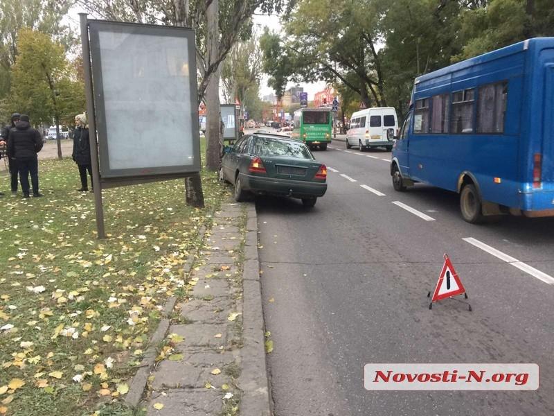 В центре Николаева «Мерседес» врезался в столб - пострадал водитель