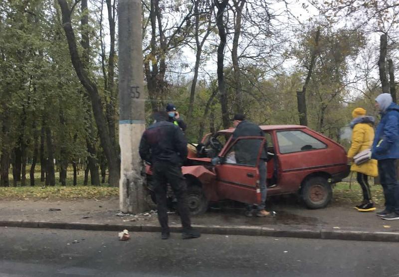 В Николаеве женщина за рулем «Таврии» врезалась в столб: пострадавшую деблокировали спасатели
