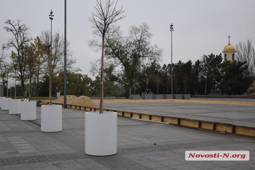 В Николаеве на главной площади приступили к установке украшений и катка