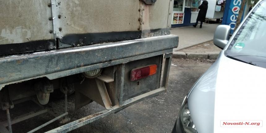 В Николаеве «ГАЗ», сдавая назад, врезался в припаркованный «Фольксваген»