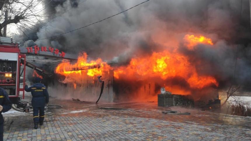 В центре Первомайска горит кафе - слышны взрывы. ВИДЕО
