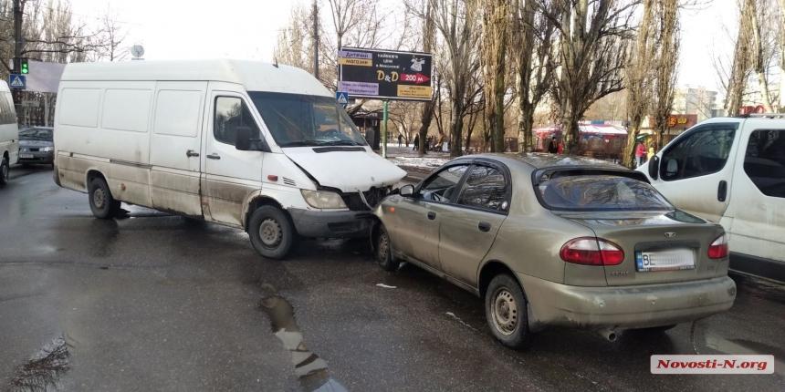 В Николаеве «лоб в лоб» столкнулись Daewoo Sens и Mercedes-Benz Sprinter