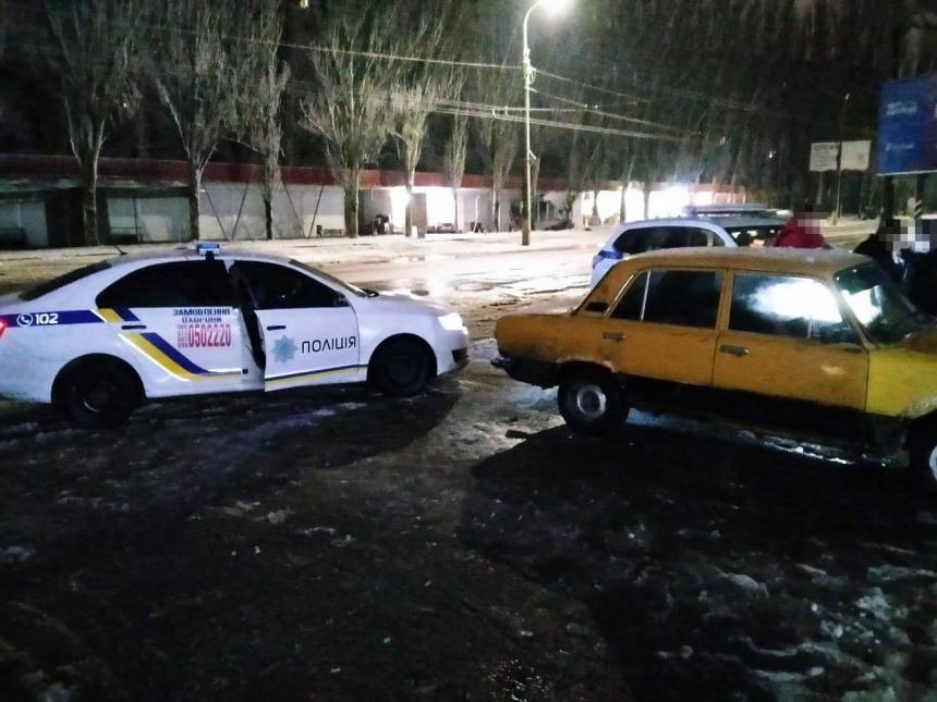 В Николаеве четверо мужчин украли телефон и скрылись на «Жигулях»