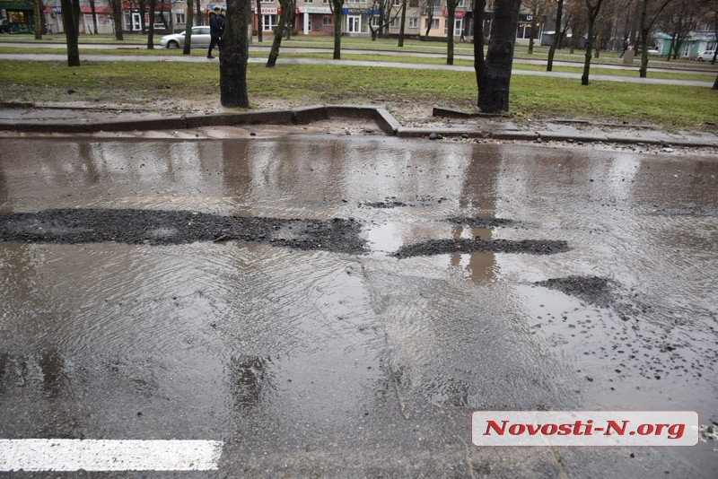 В Николаеве вновь засыпали огромные ямы, в которых автомобили рвут шины