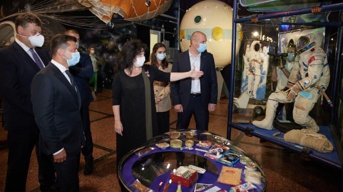 Зеленский поручил запустить спутник к 30-летию независимости Украины