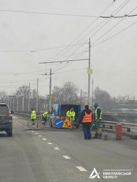 В Николаеве на Ингульском мосту начался «ямочный» ремонт
