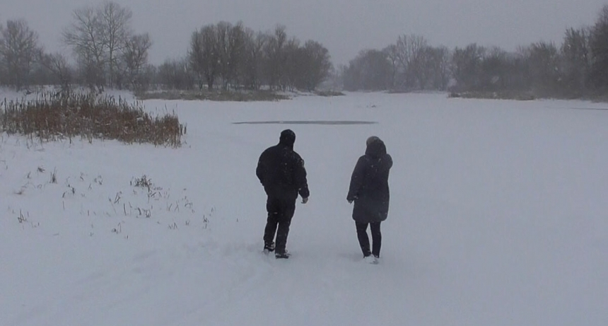 Двое детей с родителями, катясь на санках, провалились под лед. Видео
