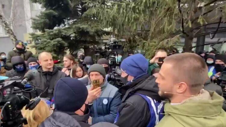 В Киеве националисты штурмуют канал «НАШ»: произошли потасовки с полицией. ТРАНСЛЯЦИЯ