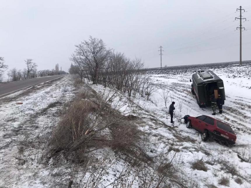 В Николаевской области «ВАЗ» слетел в кювет и перевернулся