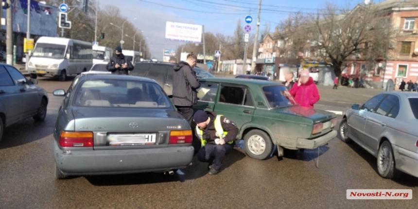 В Николаеве «ВАЗ» не пропустил «Тойоту» и столкнулся с ней. ВИДЕО