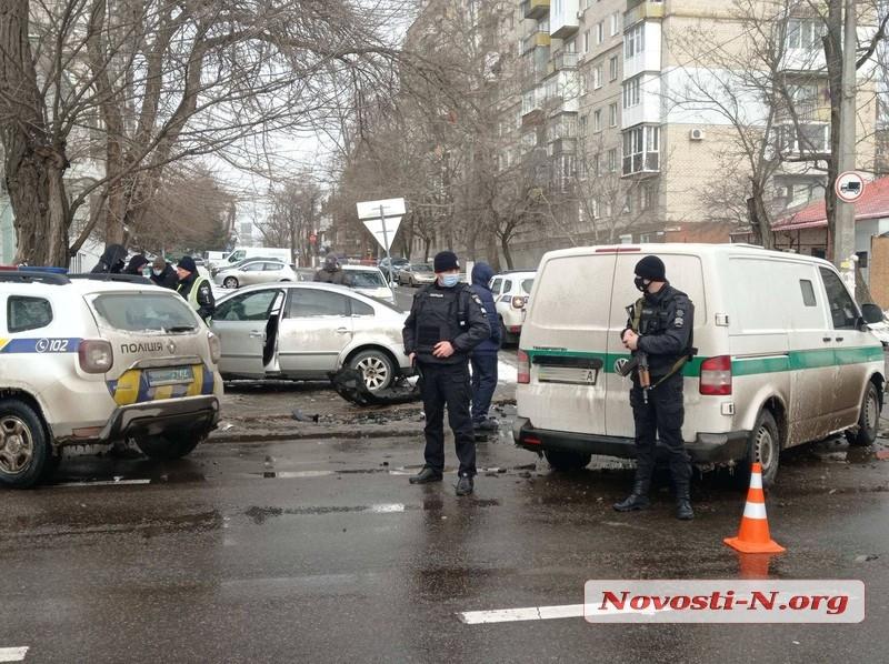В центре Николаева инкассаторский автомобиль протаранил «Фольксваген»: пострадал водитель