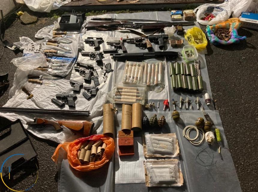 В Николаеве у наркодельца нашли целый арсенал оружия, 4 кг каннабиса и 17 пакетов грибов