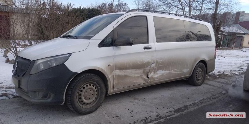 В Николаеве женщина за рулем «Хюндая», сдавая назад, врезалась в «Мерседес»