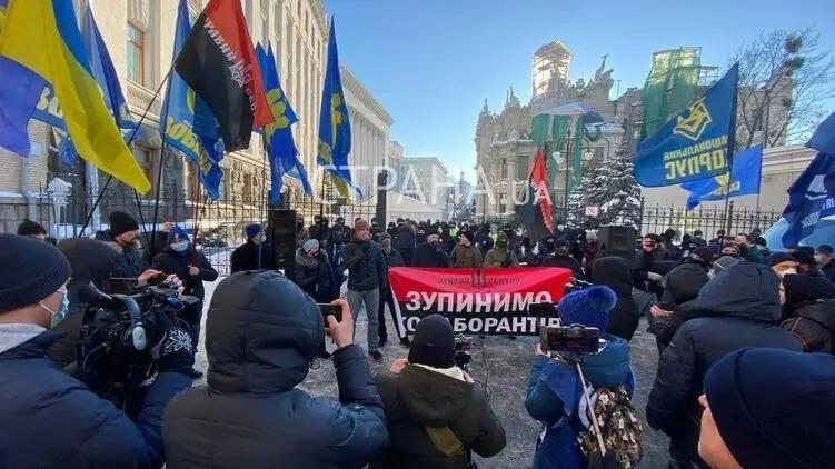 Националисты под офисом президента требуют закрыть «Страну», «Вести» и «Наш»