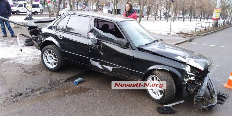 В центре Николаева «БМВ», чтобы не сбить пешехода-нарушителя, врезался в забор