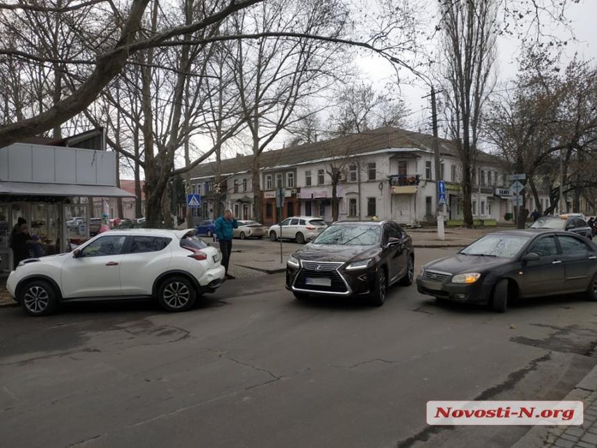 В центре Николаева столкнулись «Ниссан» и «Киа»: проезд по Лягина практически заблокирован