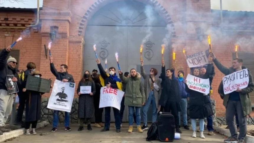 Акция в поддержку Стерненко прошла и под стенами СИЗО в Одессе, в котором он находится