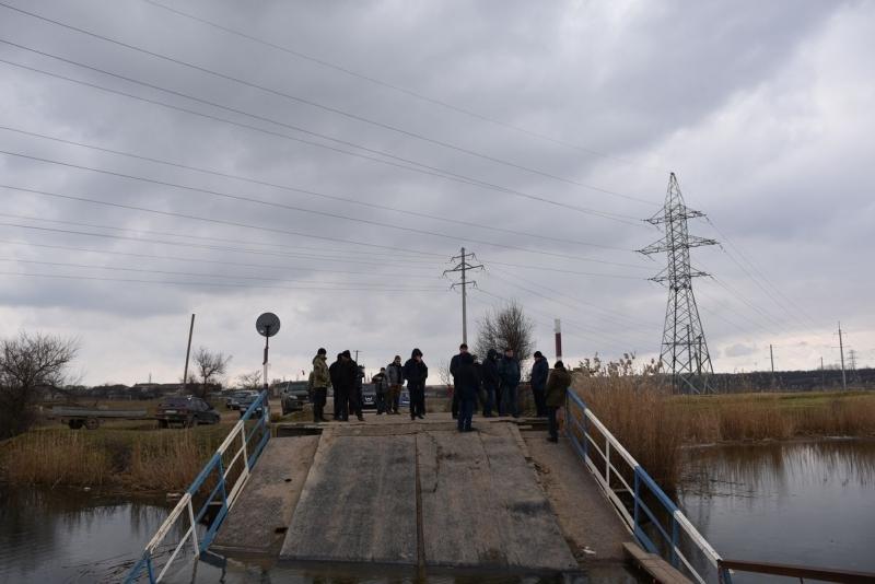 В Николаевской области фуры «утопили» мост