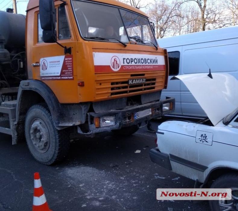 В Николаеве «бетономешалка» врезалась в «ВАЗ»