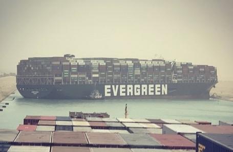 Заблокировавшее Суэцкий канал судно могут снять смели всубботу