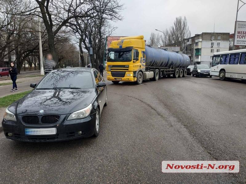В Николаеве фура, столкнувшаяся с «БМВ», перегородила дорогу — на проспекте пробка