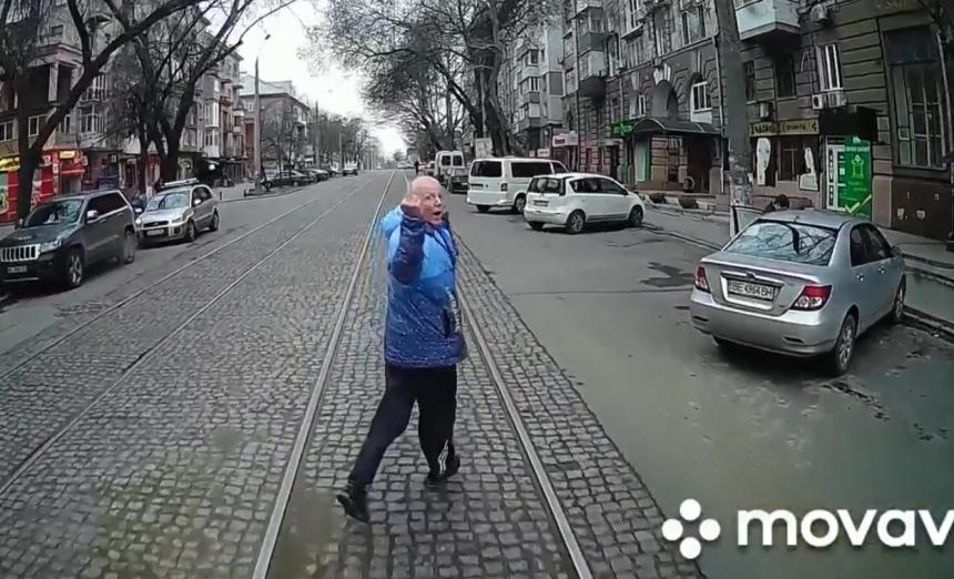 В Николаеве возмущенный пассажир несколько кварталов бежал перед не подождавшим его трамваем. ВИДЕО